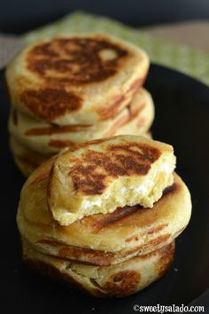Arepas Boyacenses (Made With Flour & Cheese) - Sweet y Salado Arepa Recipe, Colombian Food, Colombian Arepas, Colombian Recipes, Grilled Flatbread, Paleo Diet Meal Plan, Venezuelan Food, Caribbean Recipes, Gastronomia