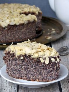 This almond poppy seed cake has a very unique texture and a wonderful almond flavor - you& love it. Gluten Free Cakes, Gluten Free Desserts, Easy Desserts, Delicious Desserts, Poppy Seed Dessert, Poppy Seed Cake, Cake Recipes, Snack Recipes, Dessert Recipes