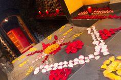 Decoración de pétalos de rosas en el ducto del volcán a la luz de las velas. #SpaVolcánico