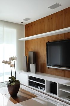 TV wall white and wood Tv Wall Panel, Wood Panel Walls, Wall Tv, Wood Wall, Home Living Room, Living Room Decor, Basement Tv Rooms, Muebles Living, Decoration Design