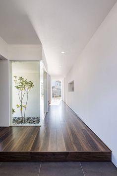6 Inspirational Modern Japanese Interior Style Ideas You Should Steal - Sjoystudios Patio Interior, Home Interior Design, Interior Styling, Interior Architecture, Interior And Exterior, Interior Decorating, Japanese Living Rooms, Japanese House, Modern Japanese Interior