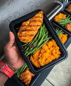 I just finished up part of my meal prep for the week and it's a simple, yet flavorful meal! You can catch my groceries and the steps for this meal on Snapchat (@fitmencook). BBQ chicken + garlic green beans + spiced mashed sweet potato. Ingredients below. Tag someone who could use some meal inspiration! Boom. (traduccion abajo) Sweet Potato mash: baked sweet potato + almond milk + vanilla extract + cinnamon to taste + 1tbsp turmeric + 1 tbsp coconut oil ----- Acabo de preparar parte de mis…