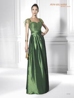 Destacada creación en tafetán en un espectacular tono verde. Las mangas realizadas en una organza con bordado resaltan aún más la categoría de este vestido. La falda es estilosa, con sus pliegues que se suavizan a medida que bajan.
