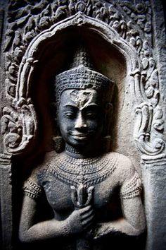 Angkor es una región camboyana que alojó las sucesivas capitales de del Imperio jemer, uno de los más importantes del sureste asiático y que vivió sus momentos de esplendor en el siglo IX d.C. bajo el reinado de Jayavarman II. Es en la región de Angkor donde se encuentran los llamados Templos de Angkor, el principal legado del imperio que durante siglos ha estado escondido bajo una espesa selva, con la excepción de Angkor Wat, el templo más grande e importante, que nunca ha estado…