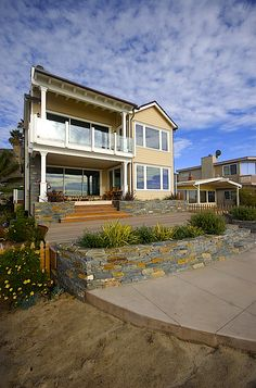 Beautiful Ventura beach house on PCH off Seacliff. By Scarlett's Landscape, Inc.  http://scarlettslandscaping.com/