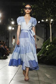 Carolina Herrera Ready To Wear Spring Summer 2018 New York Blue Fashion, Fashion 2018, Runway Fashion, Fashion Show, Womens Fashion, All Jeans, Spring Summer 2018, Carolina Herrera, I Dress
