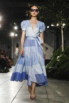 Carolina Herrera Ready To Wear Spring Summer 2018 New York Live Fashion, Fashion 2018, Runway Fashion, Fashion Show, Womens Fashion, All Jeans, Carolina Herrera, I Dress, Casual Wear