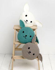Mesmerizing Crochet an Amigurumi Rabbit Ideas. Lovely Crochet an Amigurumi Rabbit Ideas. Diy Crochet And Knitting, Crochet Bunny, Crochet Home, Cute Crochet, Crochet Dolls, Crochet Pillow Pattern, Crochet Cushions, Crochet Patterns, Amigurumi Patterns