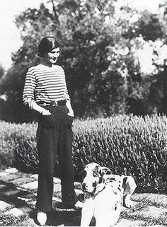 CoCo Chanel in a Breton shirt.Breton shirt created March strip, uniform of of a listed French sailor, allowed to locate a fallen sailor into the sea. Tomboy Fashion, Look Fashion, Tomboy Style, Gamine Style, Women's Fashion, Street Fashion, Boyish Style, Tomboy Chic, Cheap Fashion
