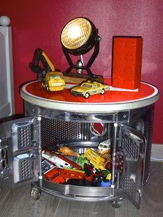 Table de chevet originale et fonctionnelle pour notre Minion N°1. Un tambour de machine à laver, 4 roulettes façon rollers et une récup' de panneau de signalisation pour faire le plateau et le tour est joué.