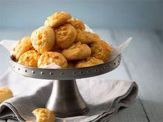 Helppotekoiset keksit, jotka maistuvat kahvin, teen tai glögin kera, salaattien lisäkkeenä tai juustotarjoilun osana. http://www.valio.fi/reseptit/valkosipuliset-juustokeksit/ #resepti #ruoka