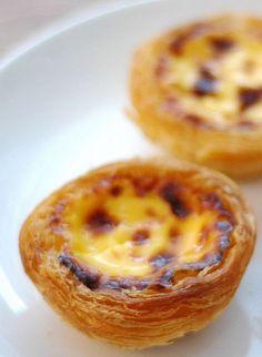 Les pasteis de nata, aussi appelés pasteis de Bélem, sont des petits gâteaux portugais. Il s'agit plus précisément de petits flans pâtissiers à base de pâte feuilletée. Voici une recette facile pour réussir chez vous ce dessert typique du Portugal. par Audrey