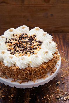 De hazelnootschuimtaart, ook wel de progrestaart genoemd, is voor veel banketbakkers één van hun specialiteiten. Dit volle, romige, krokante en iets taaie gebak is echt heerlijk en staat ook bij mij o Gourmet Desserts, Cookie Desserts, No Bake Desserts, Cookie Recipes, Dessert Recipes, Pie Cake, No Bake Cake, Beignets, Sweet Pie