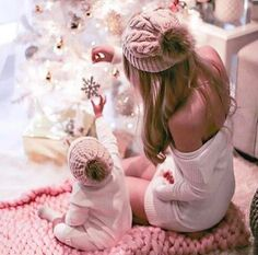 ✨🎅Cool Funny Unique Christmas Experiences Gift Ideas for Adults & Couples? ✨🎅Cool Funny Unique Christmas Experiences Gift Ideas for Adults & Couples? Mama Baby, Mom And Baby, Baby Hijab, Mom Hats, Family Christmas Pictures, Foto Baby, Cute Baby Pictures, Christmas Photography, Winter Photos