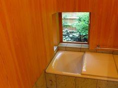 自慢の浴室。窓からはお庭の緑を美しく切り取った景観が。ちなみにお庭も松井氏が植木職人の方々と一緒に作られた。 Bathtub, Bathroom, Interior, Stuff To Buy, Home, Standing Bath, Washroom, Bath Tub, Design Interiors