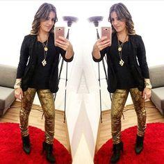 Porque preto e dourado é tudo de bom! Uma e minhas combinações prediletas!  Calça metalizada + blusa preta + Blazer preto 👠💄💋 Quais combinações vocês mais gostam? #lookoftheday #look #night #style #love #loveit #outfit #black #moda #estilo #girl