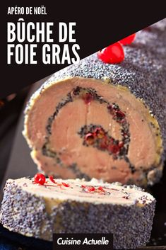 Bûche de foie gras au pavot et baies roses An ideal aperitif for your Christmas dinner: the log of goose liver with poppy seeds and pink berries Foie Gras, Lillet Berry, Baies Roses, Cake Videos, Beignets, Charcuterie, Nutella, Entrees, Berries