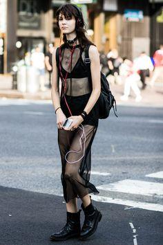 Street style à la Fashion Week printemps-été 2017 de New York : goth chic robe…