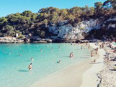 In der Cala llombards im Süden von Mallorca gibt es weißen Sand, kristallblaues Wasser und eine traumhafte Kulisse zum Entspannen, Träumen und Genießen!