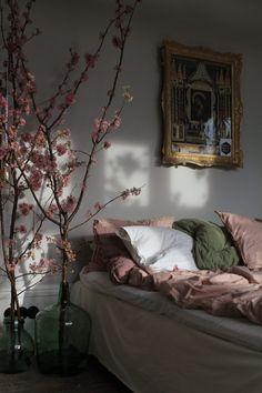 Nu släpper jag taget om vintern och bjuder in våren här hemma i sovrummet. Det är dags att lägga undran det mörka och murriga, sammets kuddarna och överkasten ska tvättas och läggas i...
