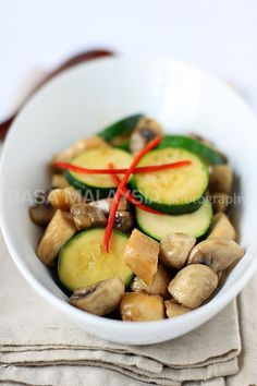 Mushroom Chicken recipe - Mushroom chicken or 蘑菇鸡 is one of the dishes I usually get because I love both mushrooms and chicken. It's nothing fancy, but it goes well with rice. I also love zucchini, which adds texture to the dish. Here is my mushroom chicken recipe—a simple Chinese recipe that you can make at home. #chicken #30-minutemeals