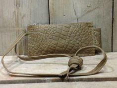 0768bfce4ac Klein tasje met lang hengsel dat geknopt kan worden op elke gewenste  lengte. Clutch Florence