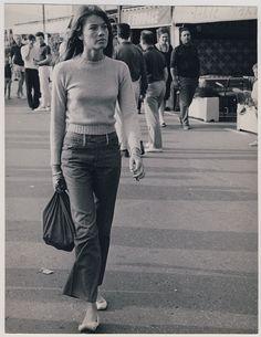 vers 1966, Françoise Hardy déambule ... Sans doute à Saint-Tropez. Photographie de Pierluigi Praturlon