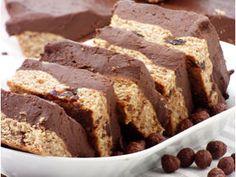 Mindenképpen akartunk sütni egy nagyon vastag csokikrémmel töltött pitét, olcsót és ízleteset. Nem igazán szerettük volna, ha a töltelék zsíros, vajas/magvajas és nagyon drága. Mindenképpen szerettük volna, hogy rengeteg tölteléke