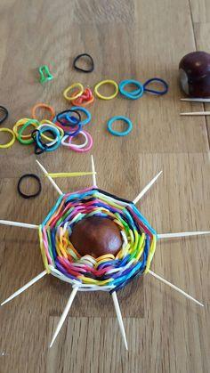 Herfstknutsel met loom-elastiekjes – - How To Make Things Diy For Kids, Crafts For Kids, Diy And Crafts, Arts And Crafts, Pine Cone Crafts, Autumn Crafts, Weaving Projects, Loom Bands, Rainbow Loom