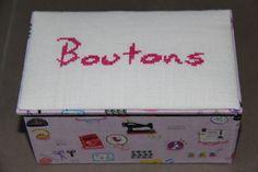 Boîte réalisée artisanalement : construite en carton et recouverte (intérieur et extérieur) de tissu; une broderie faite main recouvre le couvercle. Plus sur https://www.facebook.com/lesdixboxfloreffe