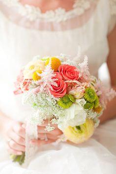 Нежный букет невесты с большим сочетанием различных видов цветов