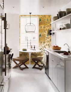 Ideas for small spaces: White galley kitchen + Saarinen table + X-stools + wallpaper Saarinen Tisch, Mesa Saarinen, Saarinen Table, White Galley Kitchens, Cool Kitchens, Open Kitchens, Kitchen Wallpaper, Of Wallpaper, Metallic Wallpaper