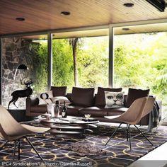 Der Retro-Look im Bungalow entsteht nicht nur durch die typische Architektur des Raumes, sondern auch Formen und Farben der Einrichtung weisen eine elegante Interpretation des 60er-Jahre-Looks auf. - mehr Ideen auf www.roomido.com
