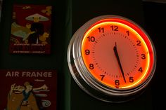 Decoração de apartamento vintage. Detalhe da decoração relógio neon.  #decoracao #decor #casadevalentina #apartamento #vintage
