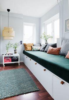 Benk med mange funksjoner Small Open Plan Kitchens, Open Plan Kitchen Living Room, Diy Sofa, Cool Rooms, Small Rooms, Recycled Furniture, Furniture Decor, Yellow Kids Rooms, Diy Projects Apartment