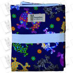 Cambiador de viaje con estampado de calaveras multicolor sobre fondo azul para facilitar el cambio de pañal de tu bebé de manera cómoda, rápida e higiénica. PVP: 15,95€ + gastos de envío. Visítanos en http://kangurines.com y descubre los demás modelos.