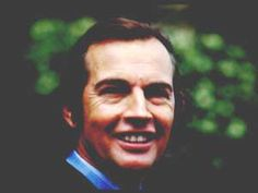 He was the world renowned South African doctor who performed the first successful human heart transplant. His ashes were buried in a churchyard in Beaufort West, South Africa. Christiaan Barnard, Organ Donation, Funny Slogans, Human Heart, Real Hero, Physiology, How To Look Pretty, Doctor Who, Medicine