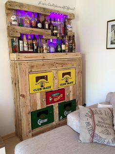 Drink in style … 13 tasteful DIY ideas for a (mini) bar at home! Mini Bar At Home, Whisky Bar, Pallet Bar, Pallet Ideas, Diy Bar, Garden Bar, Bar Areas, Diy Bedroom Decor, Home Decor