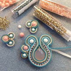 I'm learning Soutache at the moment. It is hard, but a lot of fun! Soutache Tutorial, Earring Tutorial, Diy Jewelry Tutorials, Beading Tutorials, Jewelry Crafts, Beaded Jewelry, Handmade Jewelry, Ideas Joyería, Do It Yourself Jewelry