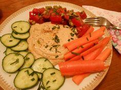 Hummusteller #kichererbsen #gurken #tomatensalat #karotten #hummus #sesampaste #pflanzenessen #ohnetiere #vegan