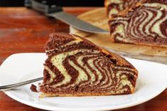 Everybody is familiar with this zebra cake with chocolate and vanilla. Still a bit warm, along a cold cup of milk, zebra cake always makes a delicious treat. Chocolate And Vanilla Cake, Chocolate Cream Cheese, Raspberry Chocolate, Chocolate Cups, Chocolate Frosting, My Recipes, Dessert Recipes, Desserts, Recipes Dinner