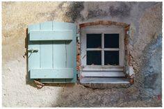 … (petite) fenêtre sur rue, à Gassin. :-)