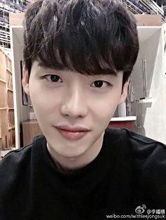 2016.07.31 Lee Jong Suk Weibo Update Cr. Logo 너무 덥다 >> ร้อนมากกกก!!