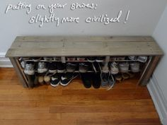 ENTRY WAY/HALLWAY Another pinner said: of the THREE pallet ideas at the link, this DIY bench and shoe rack is my favourite. We have too many shoes in our entry way! Pallet Crafts, Pallet Projects, Home Projects, Pallet Ideas, Diy Pallet, Pallet Wood, Unique Home Decor, Home Decor Items, Diy Bank