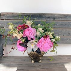 (... ) La ausencia de la palabra es un largo signo menos que se desprende de su cifra. . El color es otro modo de reunir el silencio. La forma es un espacio distinto que presiona al otro espacio como si fuera una cáscara (...) . . . . . . #flores #floralarragement #flowerstalking #flor #flower #flowers #flowersofinstagram #granada #weddingflowers #peonia #peony #inspiration #inspiracion #artefloral #floraldesign #florista #granada