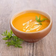 Carrots are an essential part of a balanced diet due to being high in beta-carotene, vitamins, and minerals. This is why we have decided to share these two easy creamed carrot recipes. Curried Carrot Soup, Punch Bowls, Thai Red Curry, Good Food, Food And Drink, Veggies, Pudding, Healthy Recipes, Meals