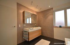 Das Bad in den eigenen vier Wänden als Wellness-Oase. Mit den richtigen Ideen und Deko und Gestaltung ist das ganz einfach. Auch die Wahl der Fliesen im Bad, der Wandfarbe im Bad, der Beleuchtung spielen eine Rolle beim Wohlfühlfaktor. Auch ein kleines Bad oder ein Bad mit schwierigem Grundriss kann durch die richtige Einrichtung überzeugen.