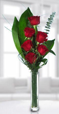 Balıkesir Çiçek Balıkesir Çiçekçi Cam vazo için en güzel 6 adet kırmızı gül ile hazırlanmış şık bir tanzim. Balıkesir Buse Çiçekçilik.