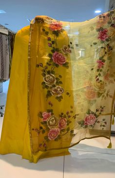 Hand Painted Sarees, Hand Painted Fabric, Saree Painting, Silk Painting, Fabric Colour Painting, Designer Punjabi Suits Patiala, Knitted Owl, Fabric Paint Designs, Bollywood Posters