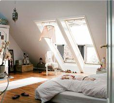 Une chambre sous les toits particulièrement lumineuse grâce à deux grandes fenêtres